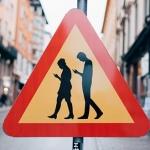 Zweden: verkeersbord waarschuwt voor smartphone-verslaafde 'Smombies'