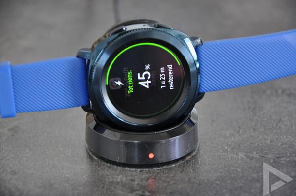 Samsung Gear Sport opladen