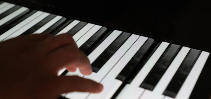 OnePlus Phone Piano neergezet: een piano van OnePlus-toestellen