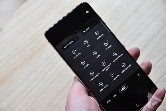 Samsung Galaxy S21+ camera standen